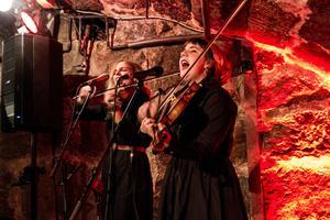 Samantha Ohlanders  och Sara Parkman gör ny föreställning för Riksteatern efter hyllade Fäboland.