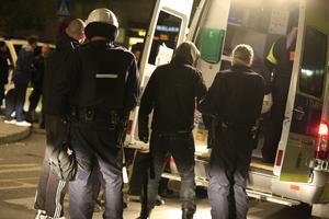 Polisen omhändertar medlemmar i ett högerextremt medborgargarde som gett sig på ungdomar i Tumba.