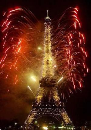 Det är inte första gången parisarna förvandlar Eiffeltornet. Så här såg det ut vid millennieskiftet den 1 januari 2000.    Foto: Scanpix