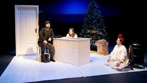 En ensam afton. Dennis Önder är luffaren som plötsligt kliver in hos de ensamma barnen, Maja Lundberg och Yelda Hadodo.