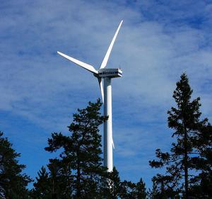 Markägare och närboende protesterar mot planerna på vindkraftsutbyggnad i inre delarna av Sundsvall. Här ses vindskraftssnurran i Björkön, den enda befintliga i kommunen.
