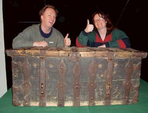 Joachim Nordlund och Maria Jansson som tagit fram utställningen visar upp den tunga silverkistan som lånats från Väsby Kungsgård. Bild: Privat.