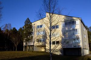 På 90-talet startade ett förnyelseprojekt på Västerhöjden för att höja områdets status. Husen rustades upp och fick inglasade balkonger och fönster med tre glas. Två hus byggdes om.