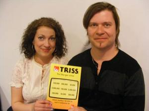 NYTTIGT OCH ROLIGT. Jenny Frisk Setterberg och hennes man Anders ska fixa huset för vinsten på 100 000 kronor. Men det blir också något roligt med de tre barnen.Foto: Svenska Spel