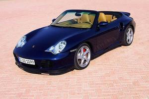 TÄCKER SKULDERNA? Staten och försäkringsbolaget tror inte på att det är pappans Porsche och vill ta över bilen för att dra in lyxhälarens skulder.