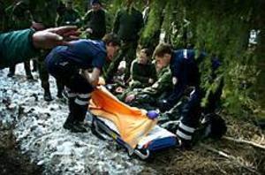 FotoFoto: ANNAKARIN BJÖRNSTRÖMÄntligen räddad. Ann-Mari Stjärnström väntar på att lyftas över till ambulansbåren från den bår av slanor som hemvärnsmän gjorde i skogen där hon hittades. Hon låg minst tolv timmar med ena benet fastklämt under en sten en kilometer från hemmet vid Lundbyvägen i Valbo.