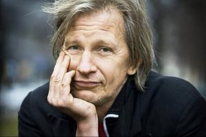 """Stefan Sundström har turnerat med låten """"Fri sprit och taxi hem"""" sedan slutet av 90-talet, men först nu kommer den i studioversion – med Hoven Droven."""