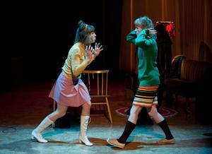 """Joanna Wingren och Sonja Ahlfors i """"Svinalängorna"""" i regi av Riksteatern."""