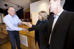 Utredarna från PwC, Monica Axelsson och Rolf Hammar, överlämnar resultatet av utredningen till kommunchefen Lars Sjödin.