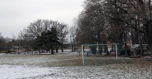 Barns lekmiljö vid Ekbergaskolan. Här planeras bostadshus men de boende protesterar.