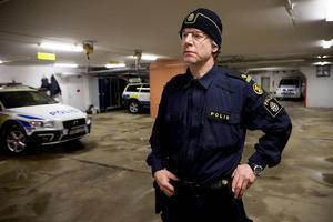 Polisen Mattias Pettersson hyllas för sin hjälteinsats vid våldsdramat i Härnösand i onsdags när en man tog sig in i ett hus och gick till besinningslös attack mot en kvinna.