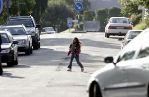 Veckorna efter skolstarten skadas flest barn i trafiken. Just runt skolorna ökar riskerna av att mängder av bilar stannar för att släppa av barn.