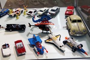 Modellbilar och andra leksaker är populära. David Eriksson bidrar med sin fina bilsamling.
