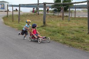 Tävlingens yngsta deltagare Erik och Smilla i full fart.