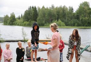 Alla deltagare fick motta ett diplom för sin medverkan i simskolan, där de bland annat fått lära sig hjärt-lungräddning och vattensäkerhet.