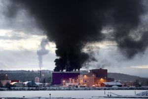 Giftig svart rök väller in över centrala Ludvika.