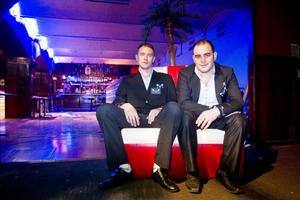 Holländske Nabel Potros flyttar till Söderhamn och öppnar nattklubben Havanna Club, i gamla That's its lokaler. Vännen Tomek Hreczyński (till vänster) hjälper till att bygga om lokalerna.