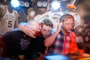Bakom skivspelarna stod männen bakom de senaste årens största svenska hiphop-hittar, Mange Schmidt, och Tomas Rusiak.