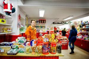 """Minst 2,5 europapallar med godis kommer varannan vecka till Kent Lindqvist och Åsa Westlings butik Karamellagret i Östersund. """"Vi har inget nyttigt alls i butiken och det är vi stolta över"""", säger Kent Lindqvist. De testade hälsogodis ett tag, men det köpte inte kunderna. Ett ställningstagande har de dock gjort. """"Vi har slutat helt med energidrycker"""", säger Kent."""