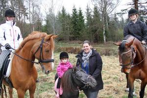 En paddock blir underbart, tycker Trude Mathisen, på Lancelot, treåriga Gry W Mathisen på dräktiga shettisen Wiwi, Erica Saarenpää samt Merethe Olofsson på Phonix.