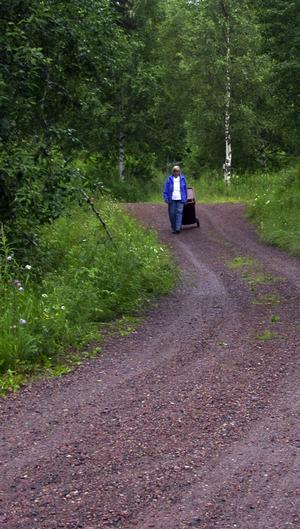 Lång promenad. Det är en cirka 150 meter lång backe ner till vägen där Kerstin Ferm måste ställa sin soptunna. –Det kanske går på sommaren, men på vintern är det ju värre, menar hon. Foto:Kenny Ericsson Tällberg