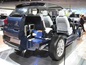 Peugeot visade sin första dieselhybrid 3008 produktionsfärdig i Paris. I denna uppskurna modell syns den avancerade tekniken som krävs i dagens hybrider. De blå paketen är batteripackarna som placerats i bagageutrymmet.Foto: Per-Olof Lönnroth