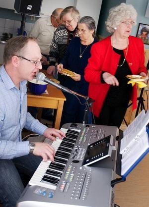 Musikunderhållning med Anders Berggren och våffelfika stod på programmet när mötesplatsen för de äldre i Torvalla öppnades i torsdags.