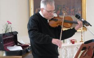 Jörgen Dicander tolkade Dan Andersson genom be-rättande, fiolmusik och sång.