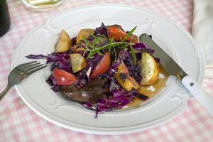 Wokad rödkål med kycklinglever får smak av balsamvinäger, sidfläsk och brun farin.