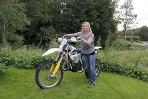 Annica Karvonen trotsade sin rädsla för motorcyklar och i dag leder hon Mittendurocupen.