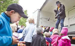 Curt Eriksson delade ut godisägg och fick barnen att sjunga i mikrofon.