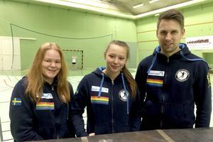Trio från Härnösands idrottsgymnasium som just nu är i Spanien på träningsvecka med elitklubben Cleba Leon. Från vänster: Moa Westerlund, Lisa Åkre samt läraren Krister Billström.