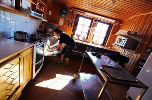 """Att jobba i köket är en av de arbetsuppgifter Sarah Berg trivs bäst med.""""Gästerna är ofta så tacksamma för att det finns mat som är lagad med kärlek och att det finns färska grönsaker här""""."""
