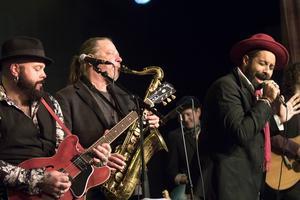 Papa Dee kompades av Erik Brodén band och med hjälp av saxofonisten Bosse Gustavsson.