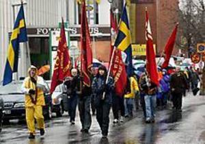 Foto:LEIF JÄDERBERG Paraplyer. Ett ihärdigt regn gjorde att demonstrationstågen i Sandviken blev glesare än vanligt. I stadsparken talade sedan Ulrica Messing.