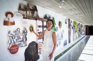 Ann-Sofie Axelsson visar en del av utställningen i korridoren in till del 2.