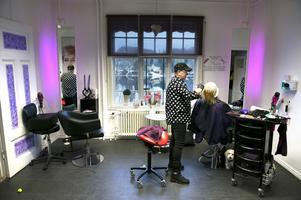 Utsikten från salongen Hårmoni i Viskan är viktig för frisören Manuela Lampe och hennes kund Anne-Lie Ströberg
