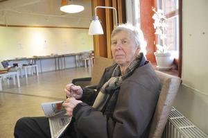 Lars Wessling njuter av en lugn stund med dagstidningen.