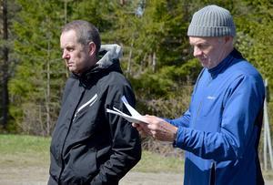 Banläggaren Mats Nissilä och tävlingsledaren Jan Olofsson följer lördagen etapper.