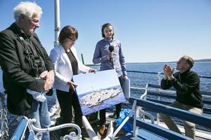 Eric Marcus ger en bild han fotograferat på Vattholmsskären till kommunalråd Ulrika Liljeberg.Med är också Staffan Müller och Mattias Klum.