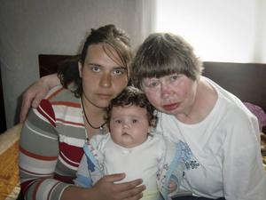 Iliqna Ivanova och Karin Malmsten och den fyra månader gamla dottern.