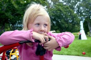 Clara Carlsson är glad över att lekplatserna på Skönsmons förskola blivit så fin.