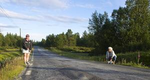 Lotta Larsson och Ulla Halvarsson har med sig måttband för att kolla vägens bredd. Bitvis är den smalare än 5 meter.   – Hur ska två lastbilar kunna mötas här, de behöver mer än 5 meter för att slippa fälla in backspeglarna, säger Lotta Larsson, som själv körlastbil.