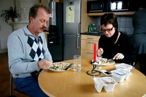 Mat på fat. Både Per Eriksson och Siv Ahlstrand sätter höga betyg på maten som kommunen levererar i portionsförpackningar.