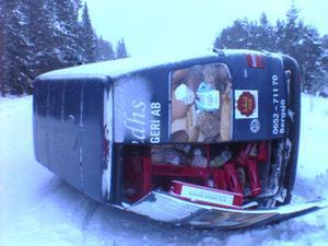 Lindhsbageri bil välte på väg ut med bland annat tårtor till affärerna.
