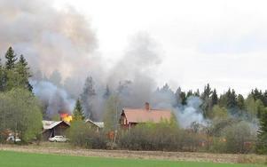 Den svarta röken från Alderbäcken syntes från långt håll och väckte uppmärksamhet i södra Borlänge.Foito: KARIN SUNDIN