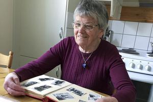 Ritva Kojan bläddar i ett gammalt fotoalbum med bilder från barndomen i Hedeviken.
