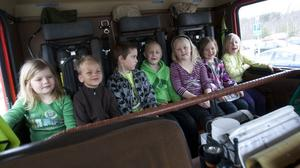 Skolbybarnen fick åka en sväng i brandbilen, tillsammans med Stefan Pierrou.