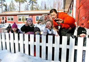 Hej då! Barnen på Skogsfrönas förskola vinkar hej då.