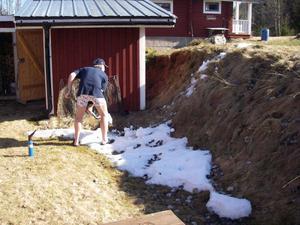 Snöskottning. Skohandlare Göran Eriksson bränner gräs vid Knulens fäbod i vårvärmen den 15 april! Foto: Kristina Dahlgren, Malung.